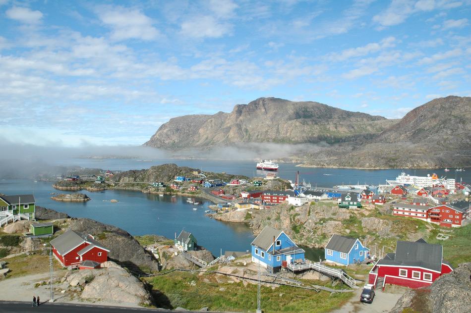 Die Küstenorte in Grönland und Kanada sind meist klein mit wenigen hundert Einwohnern. Kreuzfahrtschiffe, die dort anlegen, wie auf dem Bild in Sisimiut, Westgrönland, könnten zwar der lokalen Wirtschaft neue Impulse geben; aber dies mit Kosten, wenn mehr Touristen als Einwohner durch die Ortschaft wandern. Bild Michael Wenger