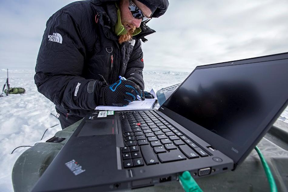 Das Team verbrachte drei Tage auf dem Eis und musste an zwei verschiedenen Orten testen. Neben dem Klima waren auch neugierige Eisbären ein Problem.