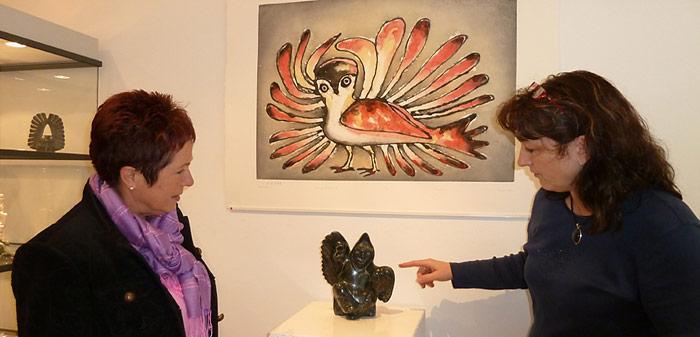 Ursula Grunder erklärt Rosamaria Kubny von PolarNEWS anlässlich der Jubiläums-Veranstaltung die Kunst der Inuit.