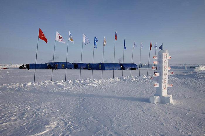 007_Barneo-Eiscamp-Fahnen